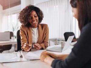 2 femmes dans un bureau entretien